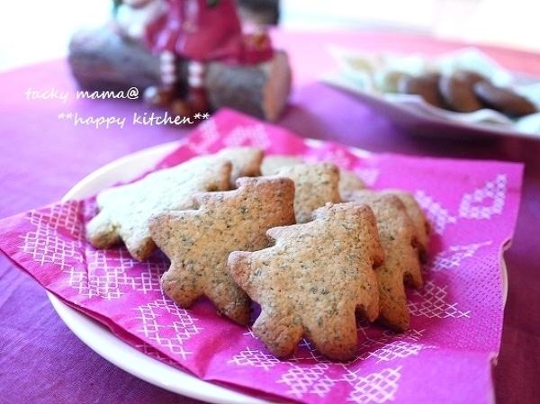 ピンクのペーパーの上に盛られたツリー型のクッキー