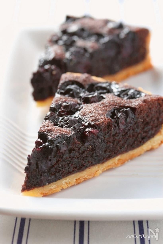 ブルーベリーをのせて焼いたチョコタルト
