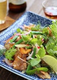 『カリカリ豚肉とハーブのサラダ』