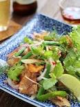 カリカリ豚肉とハーブのサラダ