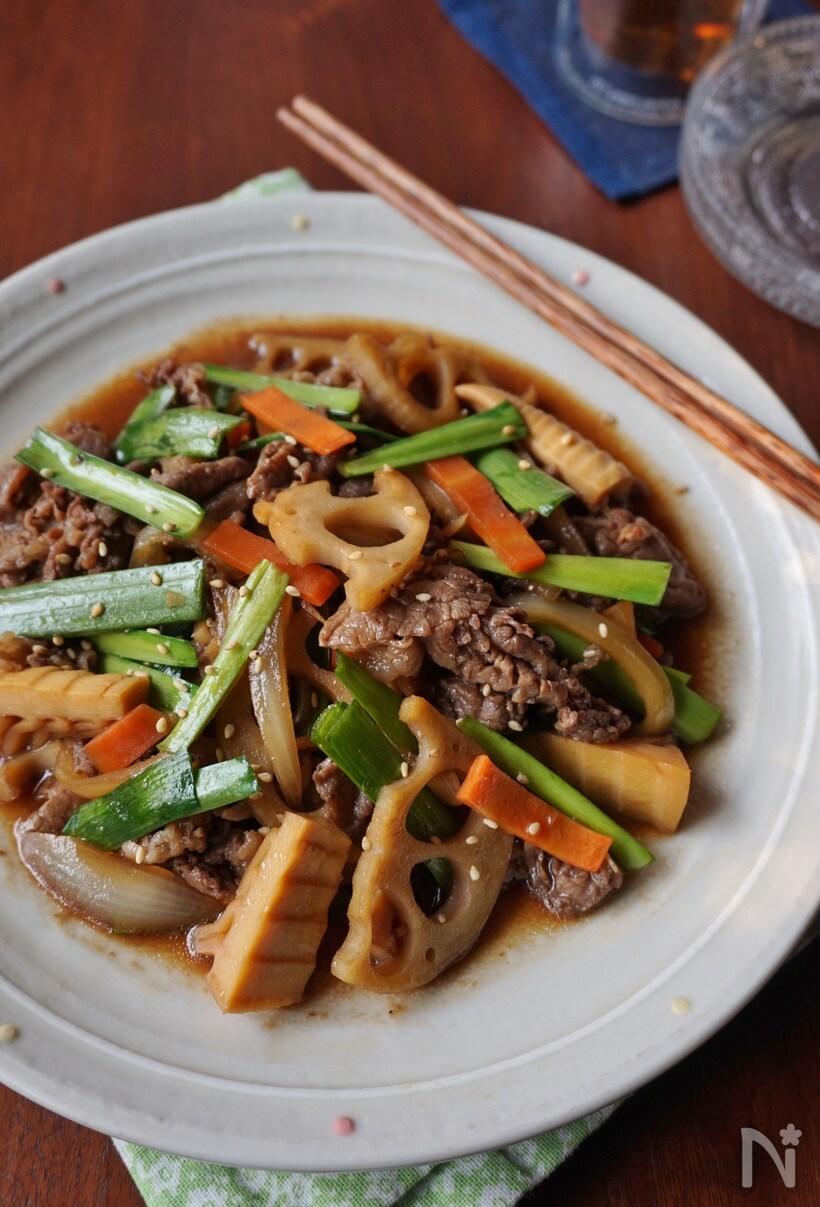 ニラ、レンコン、牛肉などが入ったカラフルな炒め物