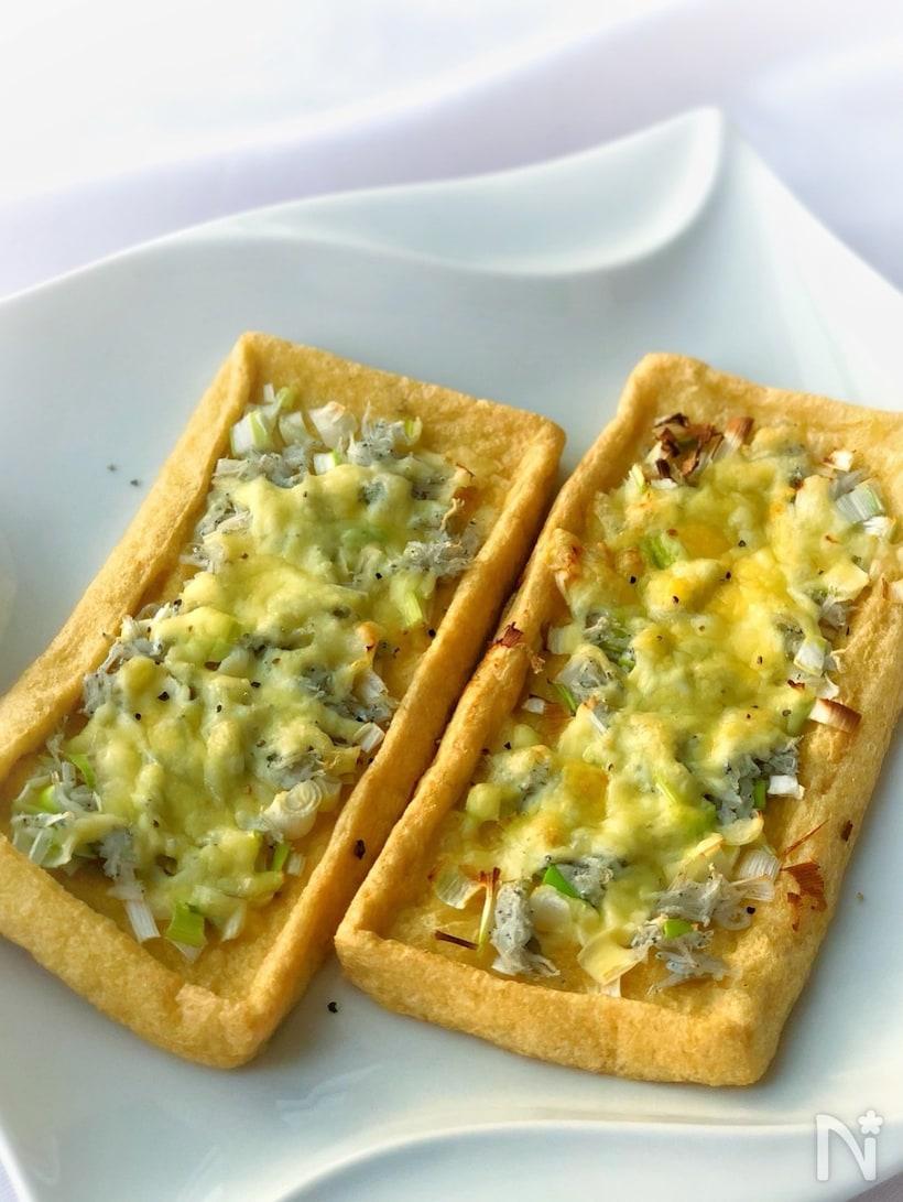 チーズがとけたネギとしらすの油揚げピザ