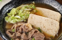 鍋にどんどん入れるだけ!牛肉と白菜豆腐のすき焼き風さっと煮