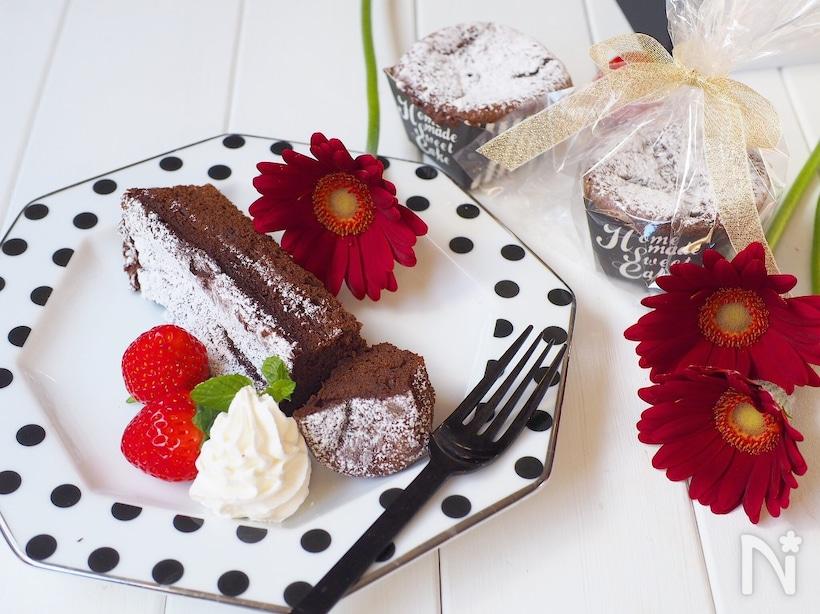 ドット柄のお皿に盛られた生チョコケーキ