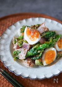 『和洋中万能に合う!菜の花とベーコンとゆで卵のごまおかかサラダ』