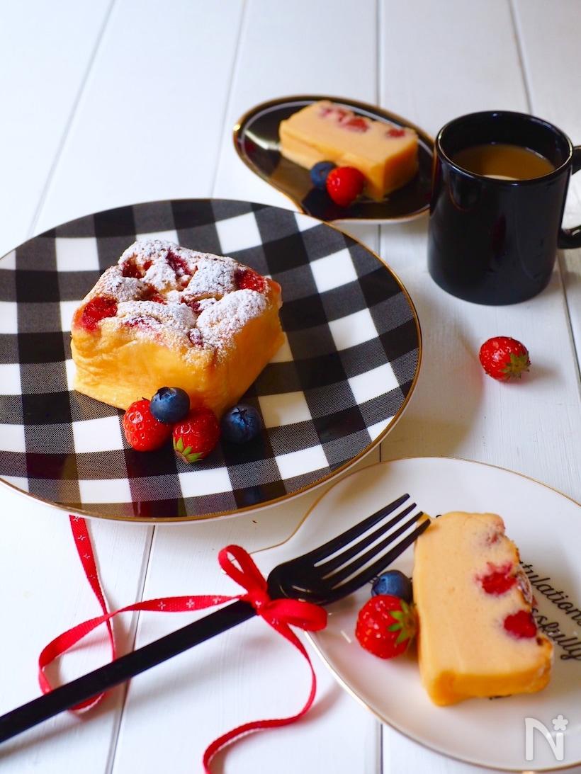 イチゴやブルーベリーが添えられた苺チーズケーキ