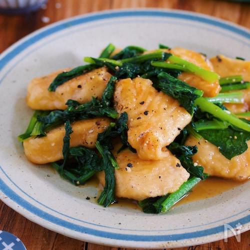 お箸が止まらない!『鶏むね肉と小松菜のガリバタ醤油ソテー』