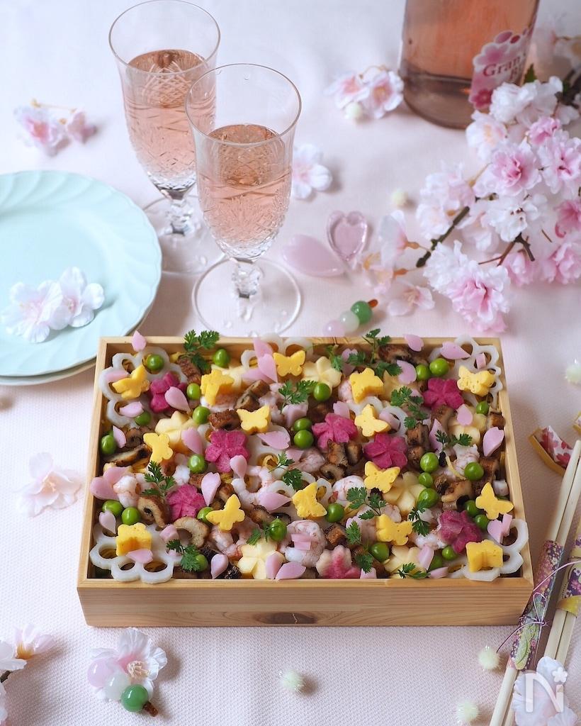 めんたいマヨネーズ味の酢飯に大賀、 桜えび、 いりゴマを混ぜ、飾りは五目野菜