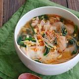 鶏肉と豆もやしとニラのワンタンの皮入りスープ