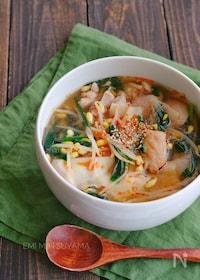 『鶏肉と豆もやしとニラのワンタンの皮入りスープ』