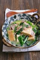 絹厚揚げと小松菜と豚こまの旨だしとろみ煮