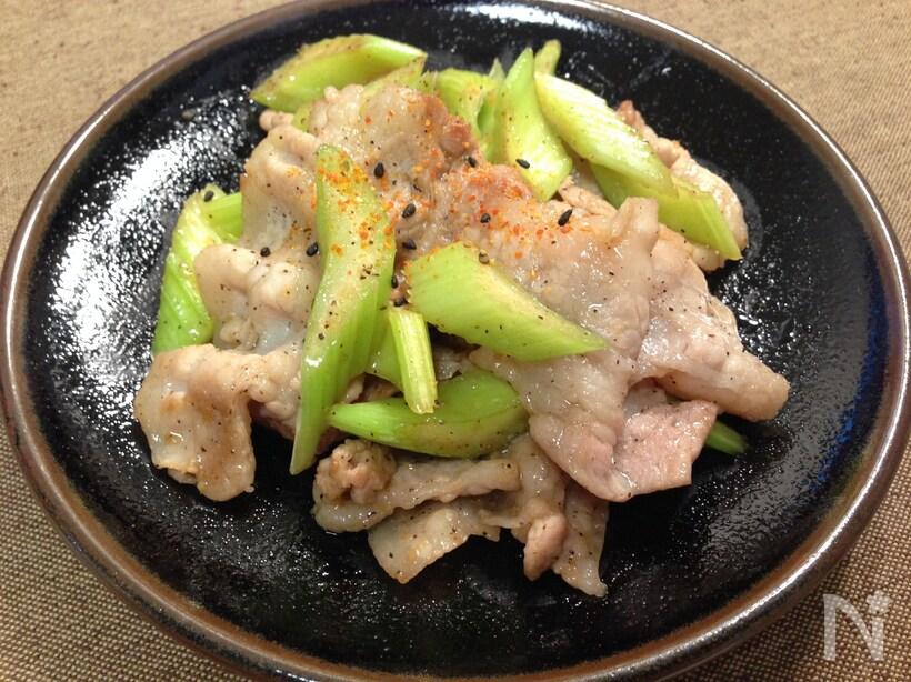 黒い皿に盛られた、豚肉とセロリの中華風炒め