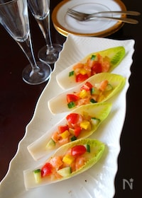 『サーモンと彩り野菜のチコリカップサラダ』