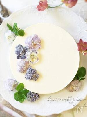 ビオラの砂糖漬けをのせた冬のレアチーズケーキ