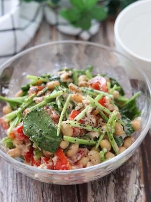 栄養満点♡トマトとサラダほうれん草とお豆のごまツナマヨサラダ