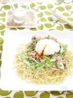 カリカリベーコンとポーチドエッグのラーメンサラダ