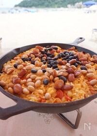 『【アウトドア料理】スキレットで作るチキンと豆のパエリア』