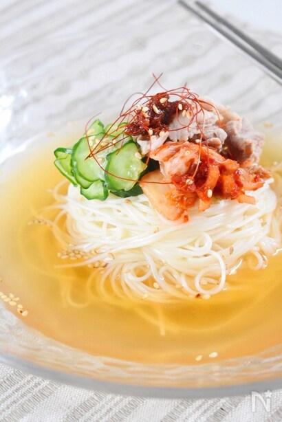 キムチやきゅうりがのせられた冷麺
