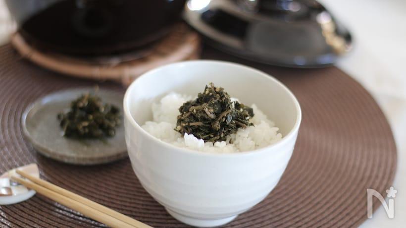 お碗に盛り付けたご飯とお茶がらの佃煮