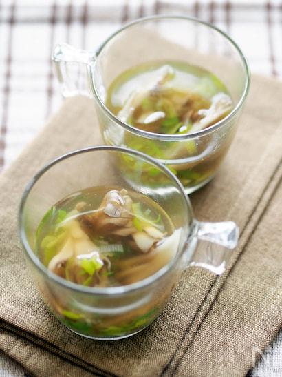 透明のカップに入った舞茸とねぎのスープ