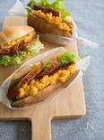 照り焼きチキンとスクランブルエッグのサンドイッチ