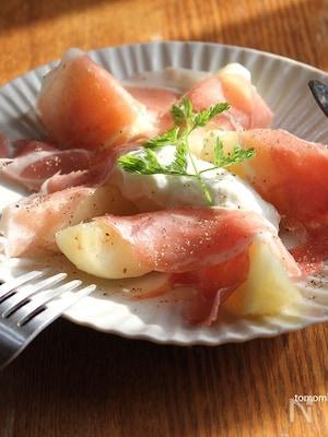 桃と生ハムのサラダ、水切りヨーグルト添え