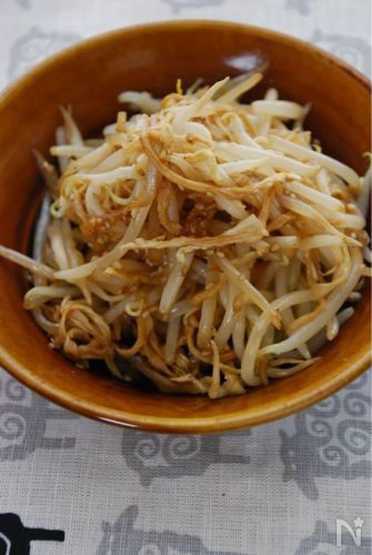 お皿にたっぷり盛られたもやしと切干大根のごまポン炒め