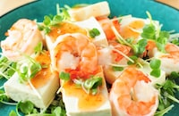 和風チリソースで。豆腐とえびのサラダ