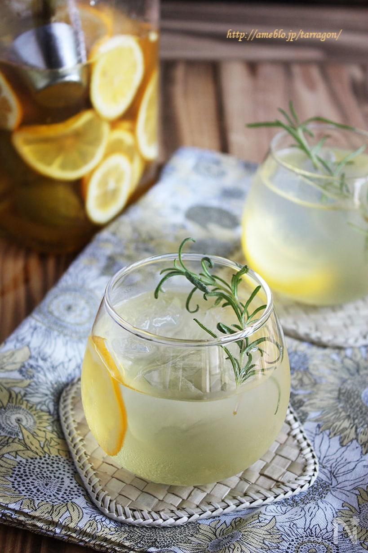 グラスに入ったレモンとローズマリーが浮いているレモネード