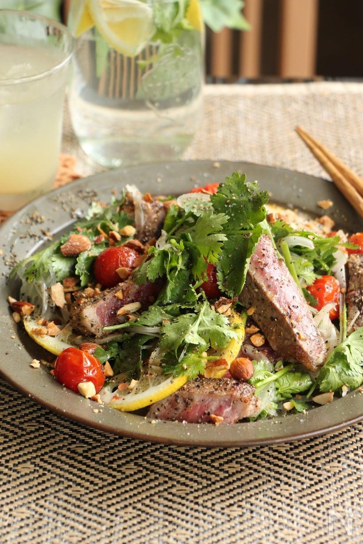 グレーの皿に盛られたステーキのサラダ