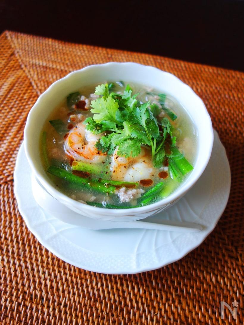 白いスープ皿につがれたえびのエスニック春雨スープ