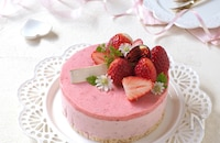 混ぜるだけ簡単!2層が可愛い、苺のムースチーズケーキ