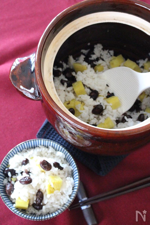 朱色のお釜やお茶碗に入った炊き込みご飯