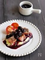 牛肉のコンフィ・ブルーベリー赤ワインソース
