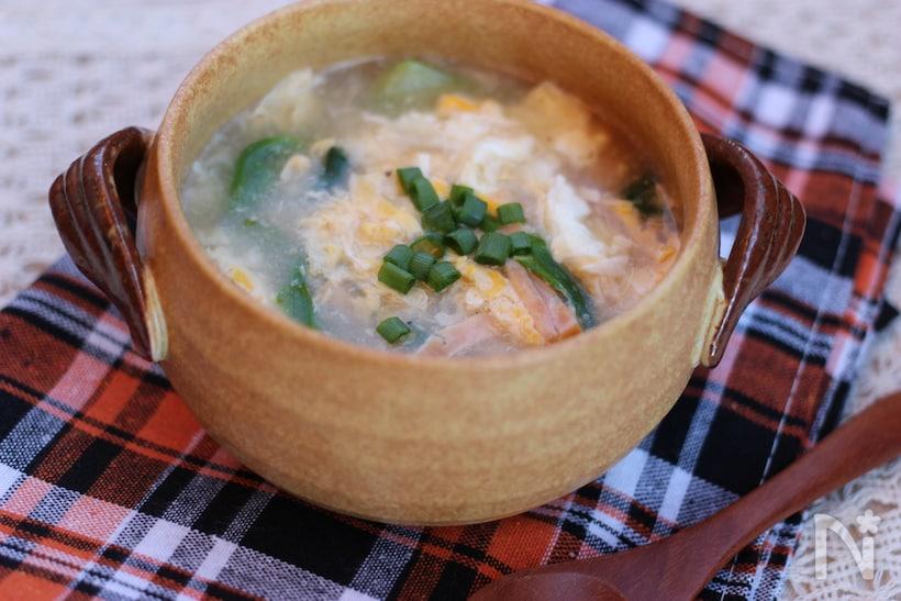 木製の器に入ったチンゲン菜のかき卵中華スープ