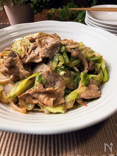豚肉とキャベツをオイスターソース、マヨネーズ、醤油で炒めたコクも旨味もある炒め物。