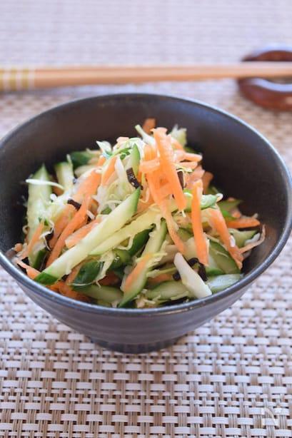 にんじんやきゅうりが入れられたサラダ