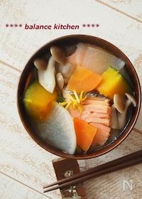 『冬至にも 時短&出汁不要。かぼちゃと鮭の柚子味噌汁』