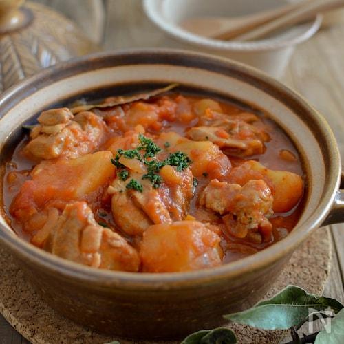 鶏肉とじゃがいものトマト煮。作り置きに便利な洋風おかず♪