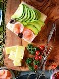 えび、アボカド、クリームチーズのオープンサンド
