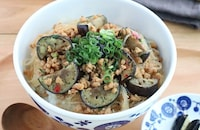 休日ランチに♪なすと大豆ミートのピリ辛春雨丼