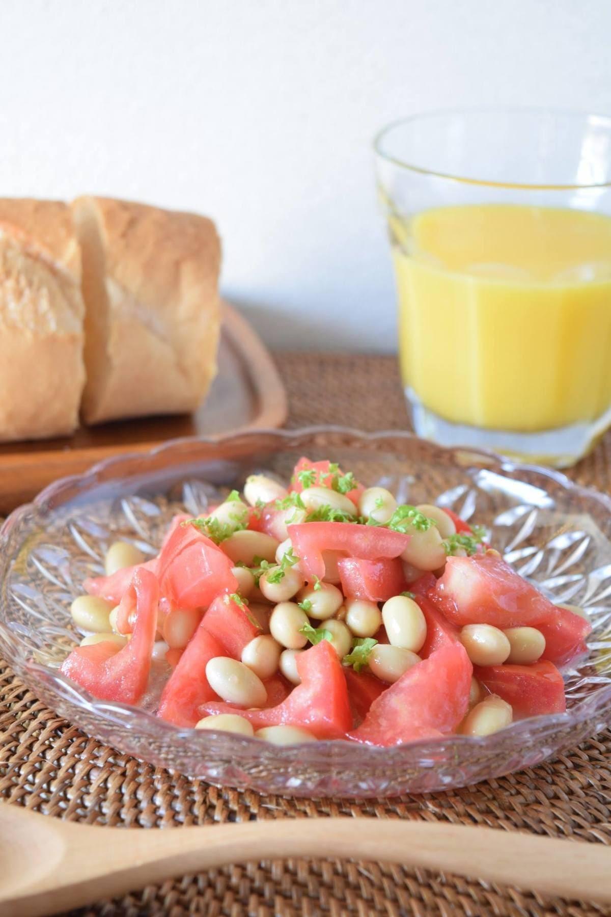 ガラスのお皿に盛られたトマトと大豆のサラダマリネ