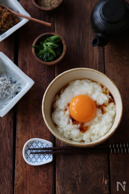 机に置かれたふわふわ卵かけご飯
