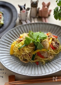 『簡単本格的な味♪夏野菜と豚肉のカレー風味焼きビーフン🍴』