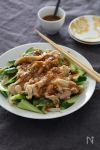蒸し鶏ときゅうりのピリ辛ごまだれ。
