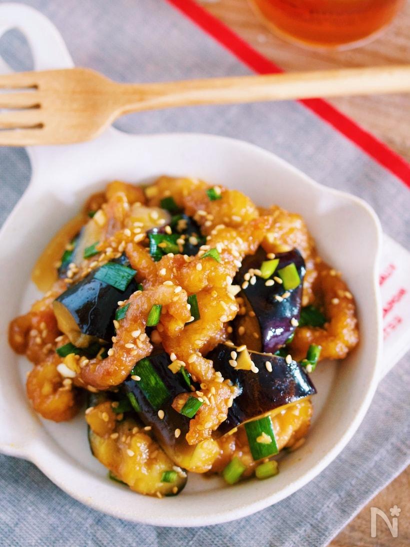 白いお皿に盛り付けられたえびとなすの中華炒め