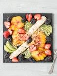 桃、バナナ、キウイ、苺のフルーツプレート
