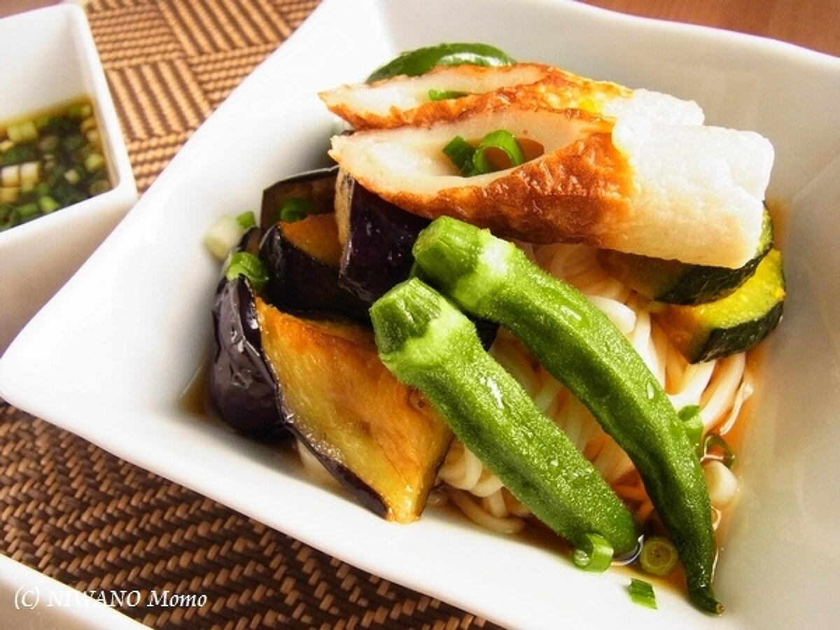 白いお皿に盛られたなすと素揚げ夏野菜のぶっかけ冷やしうどん