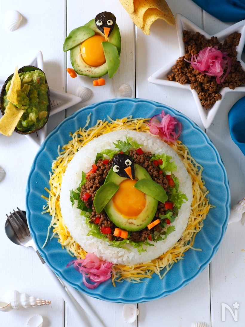青いお皿に盛られたアボカドと卵のタコライス