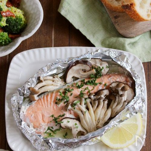 フライパンでふんわり美味♪鮭ときのこのホイル焼き